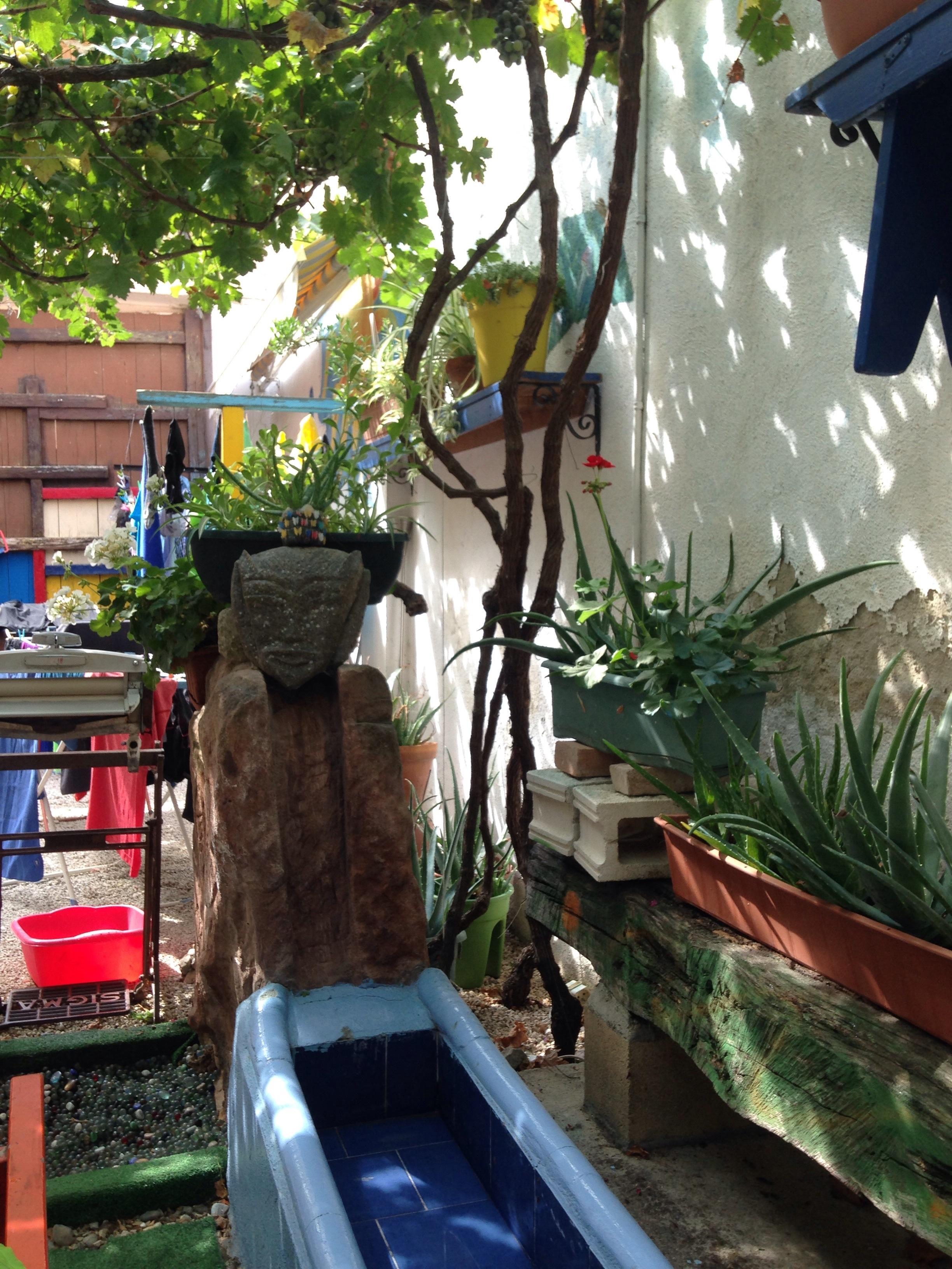 restful aubergue garden in los arcos