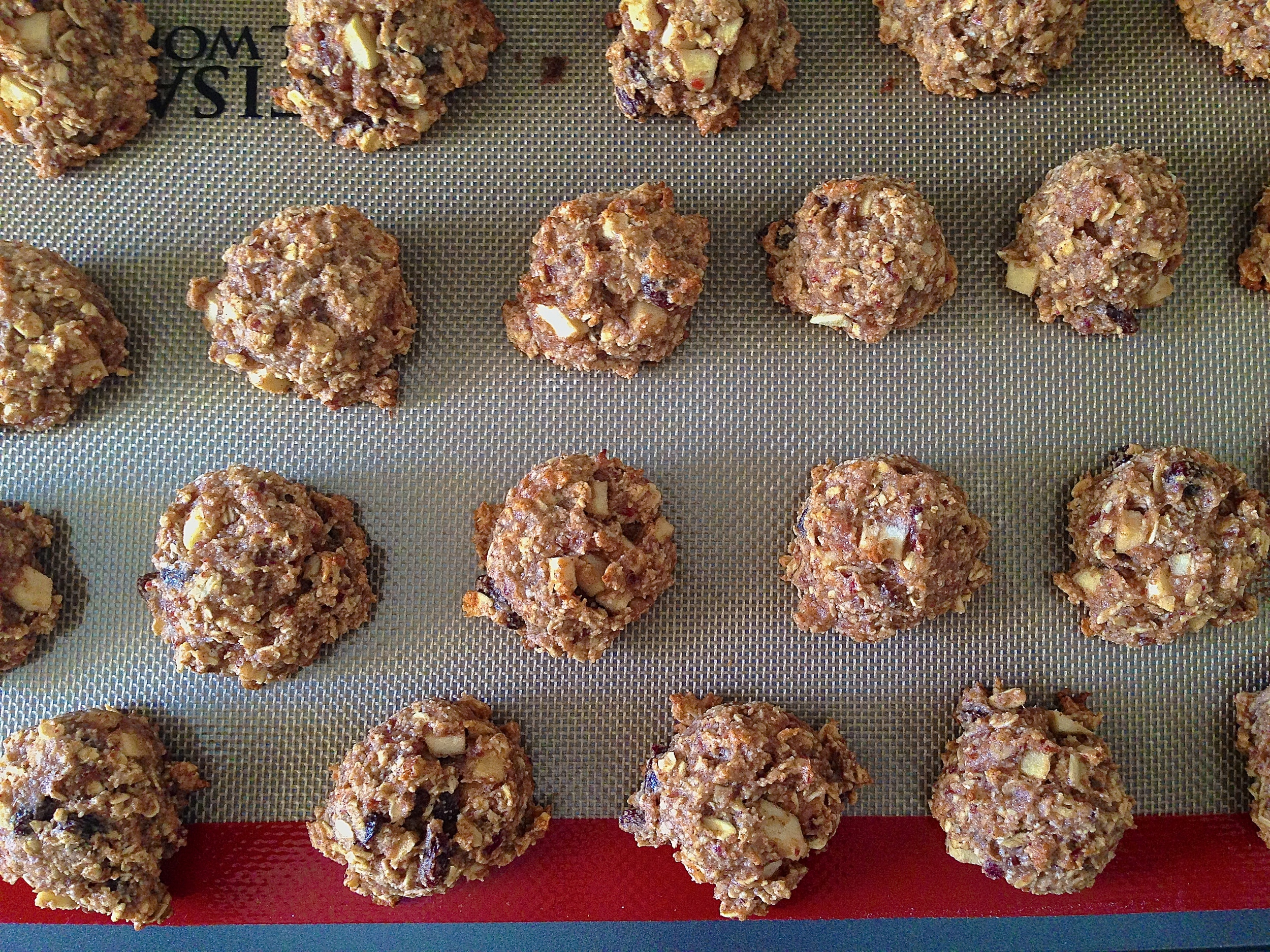 Cinnamon Apple Oatmeal Raisin Cookies {vegan + gluten-free} | Kneading Home