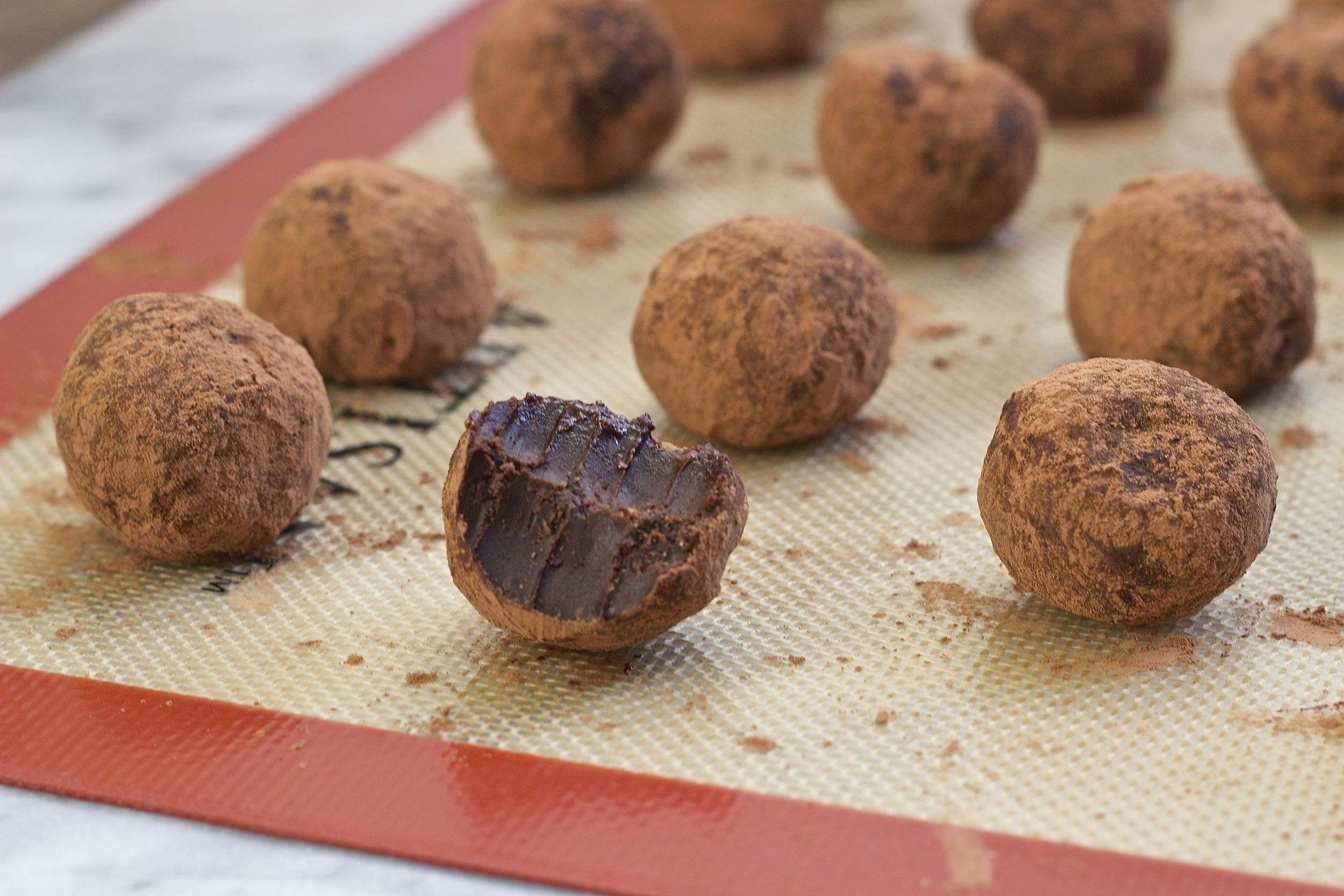 No-Bake Chocolate Peanut Butter Brownie Bites {vegan + gf} | Kneading Home