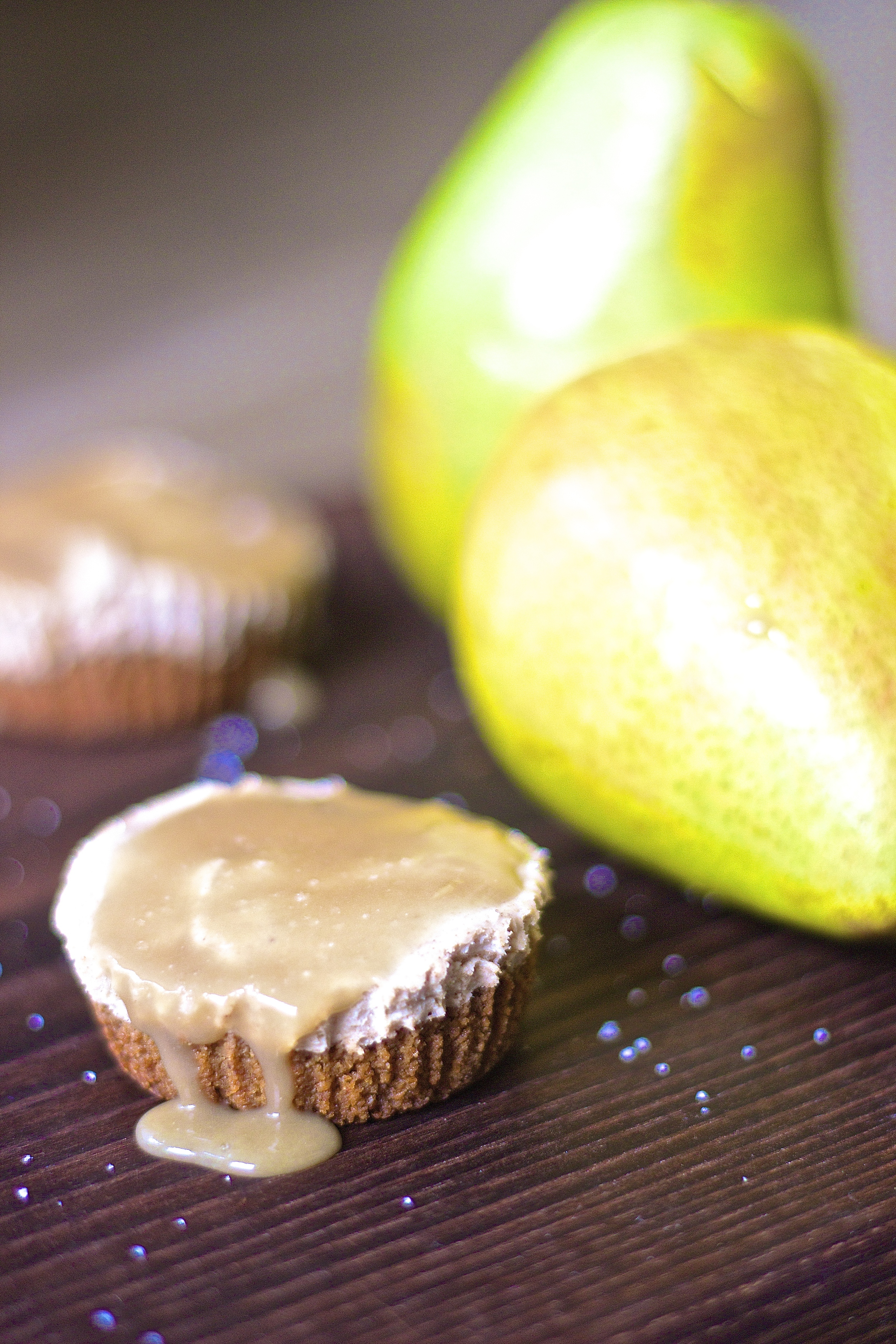 Roasted Pear + Salted Caramel Cheesecake Bites with Speculoos Cookie Crust {vegan} | Kneading Home