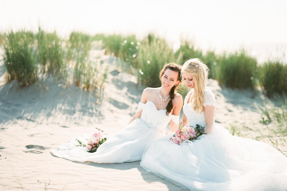 beautiful-beach-samesex-wedding-netherlands-pentax67-film