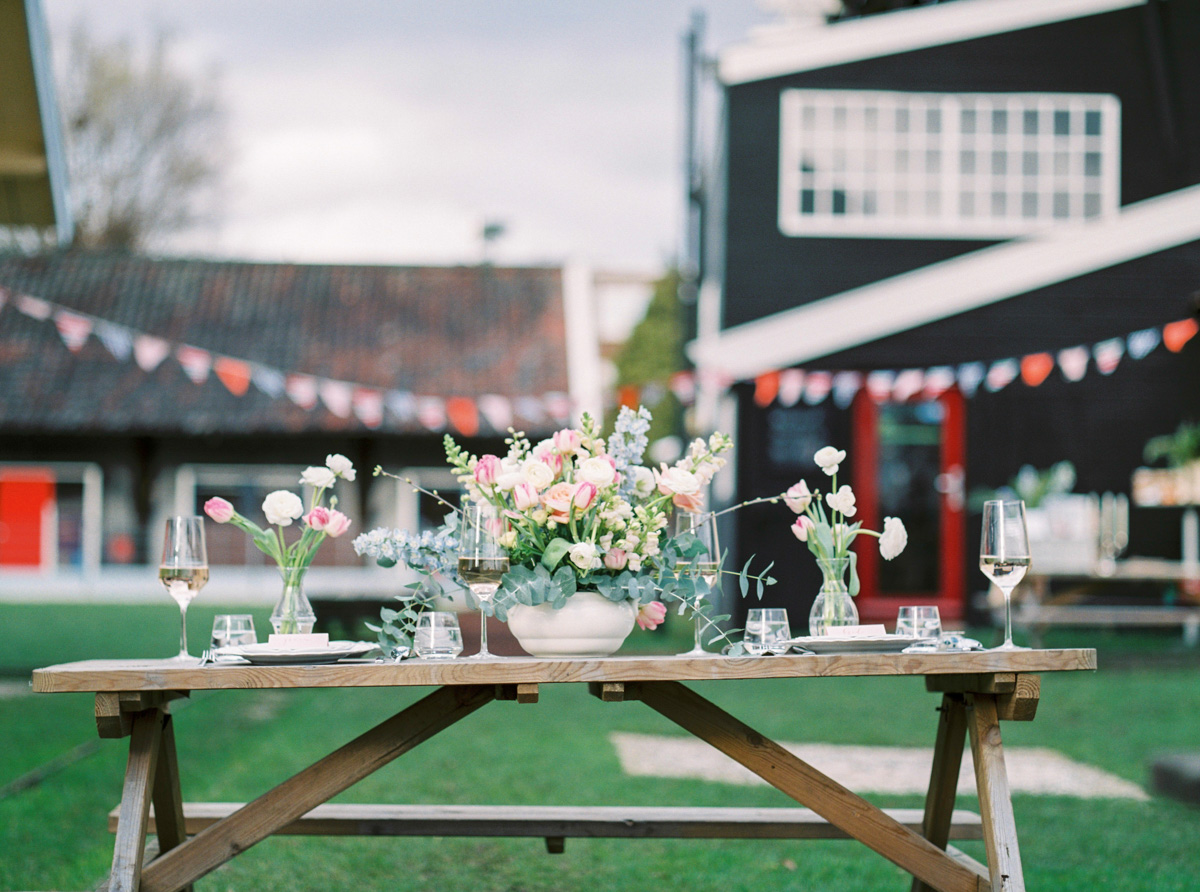 Rustic_wedding_reception_table_setting_inspiration_feestlocatie_decor-7.jpg