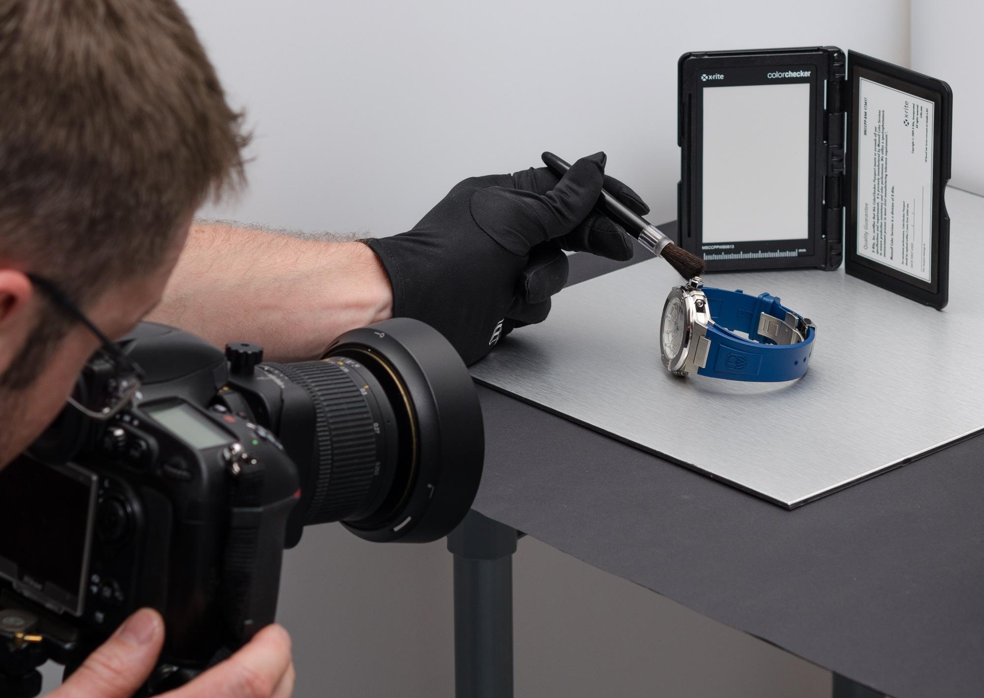 Pri tomto zábere je ciferník hodiniek natočený pod určitým uhlom. Preto je potrebné použiť tilt-shift objektív, pomocou ktorého udržíme požadovanú hĺbku ostrosti. Všimnite si aj X-Rite Color Checker Passport, ktorý mi umožní dosiahnuť farebnú vernosť avyvážiť skreslené farebné odtiene.