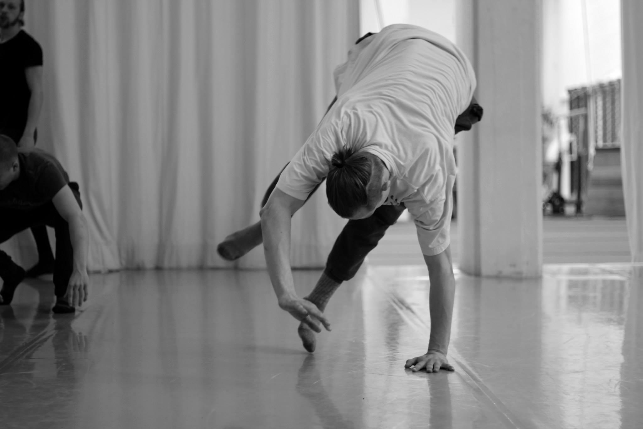 Fra en workshop med Tom Weksler, en kaotisk bevæger med spirituelle rødder i struktureret meditation og opvarmning. Klik = Forstør
