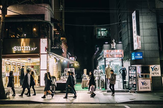 Seoul stopover. . . . . . . . #seoul #hongik #autumn #48hrs #icn #travel #fujifilm_xseries #fujifeed #fujifilm #street #food #architecture #kimbap #35mm #walking #xpro2 #200mm #streetlight #seoultravel #southkorea #hongdae #line2 #urban #breeze