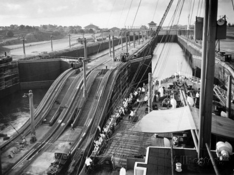 the-panama-canal-steps-along-the-canal-as-a-ship-passes-through-1930s.jpg