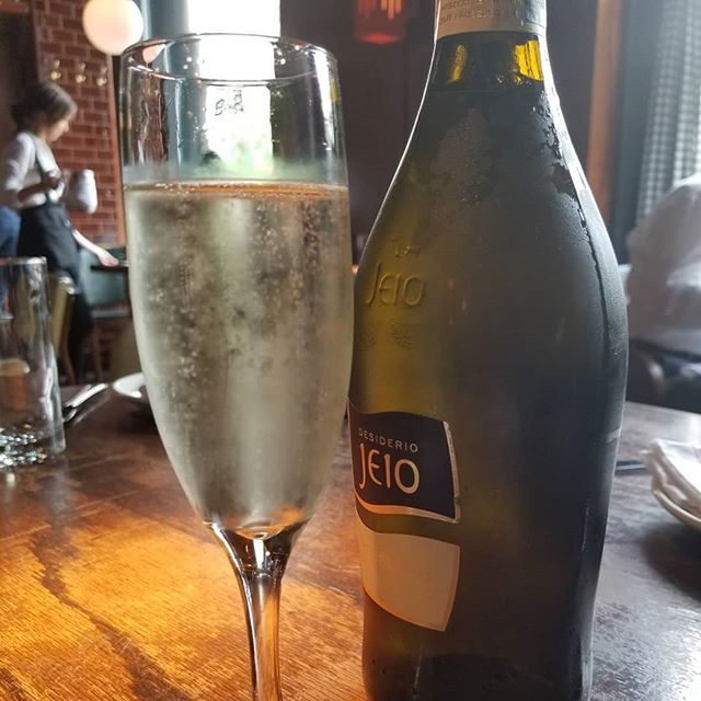 Joins us and celebrate 4th of July with some refreshing bubbly and keep tradition with one of our delicious burgers!😎🍔🍾🌞🇺🇸🇺🇸🇺🇸 #4thofjuly #celebration #burgers #bubbly #burgerandbarrel #soho