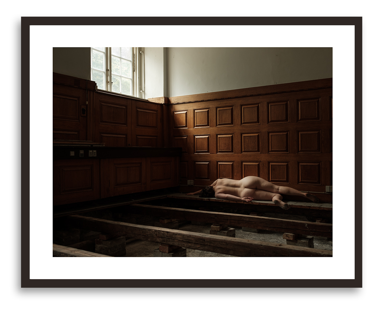 Big sleep nr. 4 - 62 x 78 cmPrint: Inkjet pigment on paper backmounted to glass.Frame: Solid smoked oak.Edition: 10 + 1 AP.