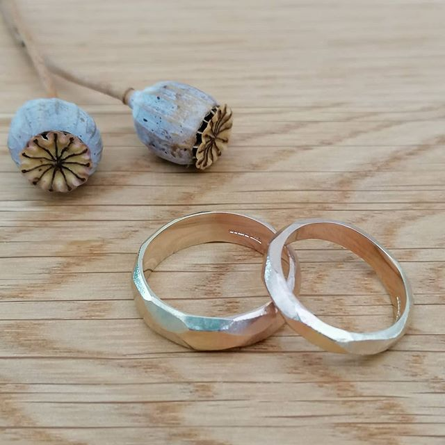 Here's a couple of wedding rings I made recently using half rose gold and half yellow gold to match the couples engagement rings. Hard to show the colours in a photo but the contrast of the two metals next to each other is unusual and beautiful at the same time. Always a pleasure to make bespoke pieces to be loved and cherished ❤️