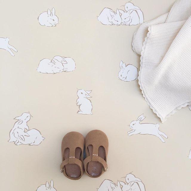 Hops in good company with sweetest @debuci blanket 💛 #cavernhome #bunnywallpaper #nursery #nurserywallpaper #kidswallpaper