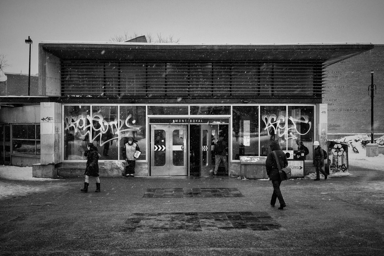 """Le projet """"Graffitis, metro de Montréal"""" fait partie d'une recherche autour de la variété de fonds, formes et supports utilisés par les tagueurs et grapheurs. À travers celle-ci je m'interroge sur la mise en espace de ces inscriptions dans différents environnements, leur rapport avec le temps et les traces qu'ils imposent."""