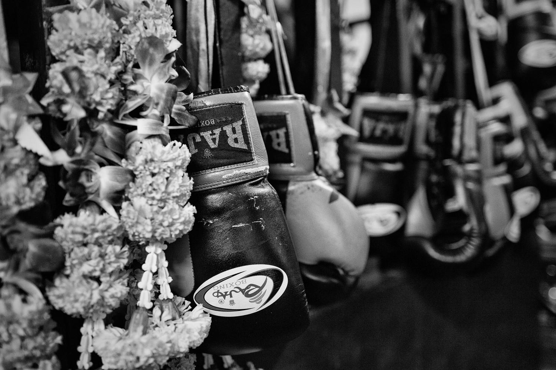 En Thailande le muay thaï est un sport considéré comme la discipline nationale. À Bangkok, plusieurs stades proposent des combats hebdomadaires. Les Thaïlandais s'y retrouvent pour supporter leurs champions et parier de l'argent tandis que les touristes viennent découvrir le spectaculaire folklore propre à cette discipline.   Série gagnante d'un grand prix au  Lux 2013  . Exposée au  Scotiabank CONTACT Photography   Festival , Toronto 2014.