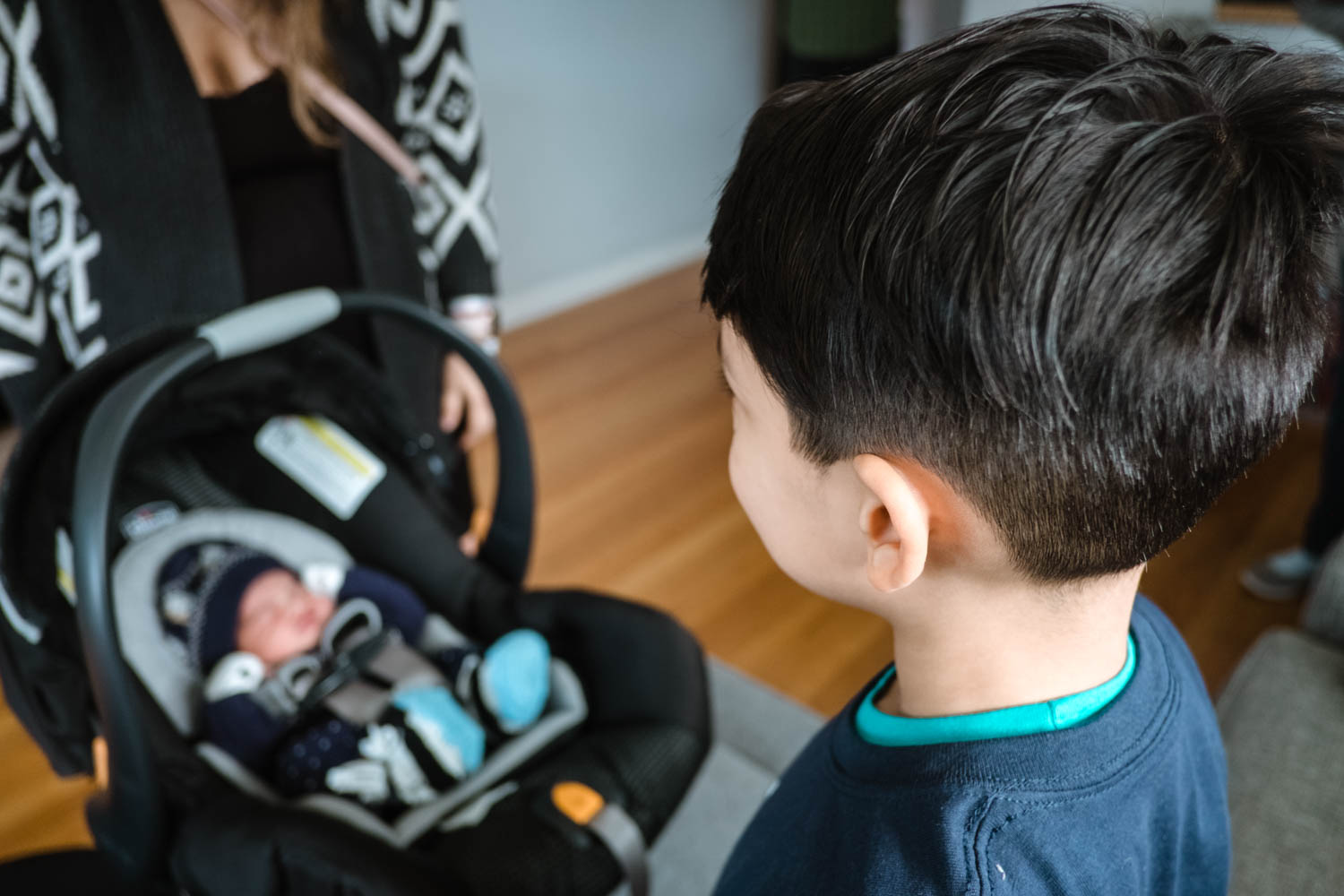 boy-meets-his-baby-brother-for-the-first-time-chicago10.jpg