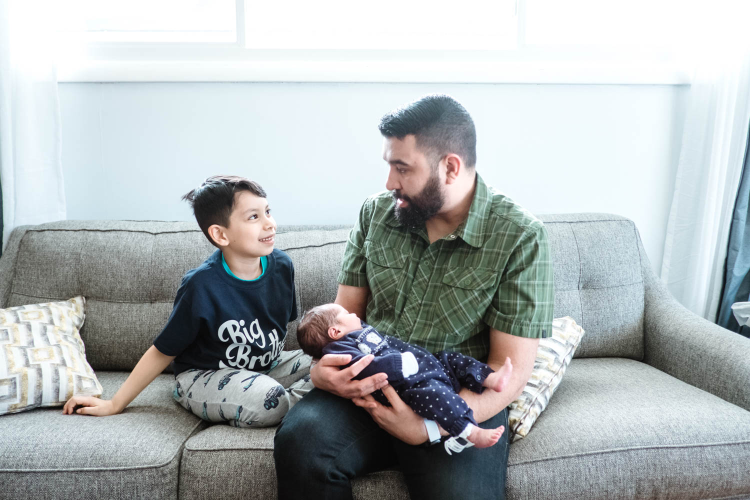 boy-meets-his-baby-brother-for-the-first-time-chicago25.jpg