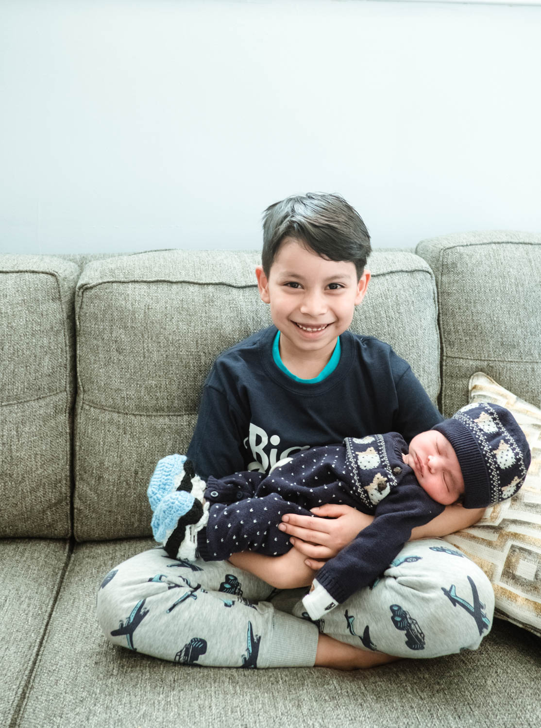 boy-meets-his-baby-brother-for-the-first-time-chicago15.jpg