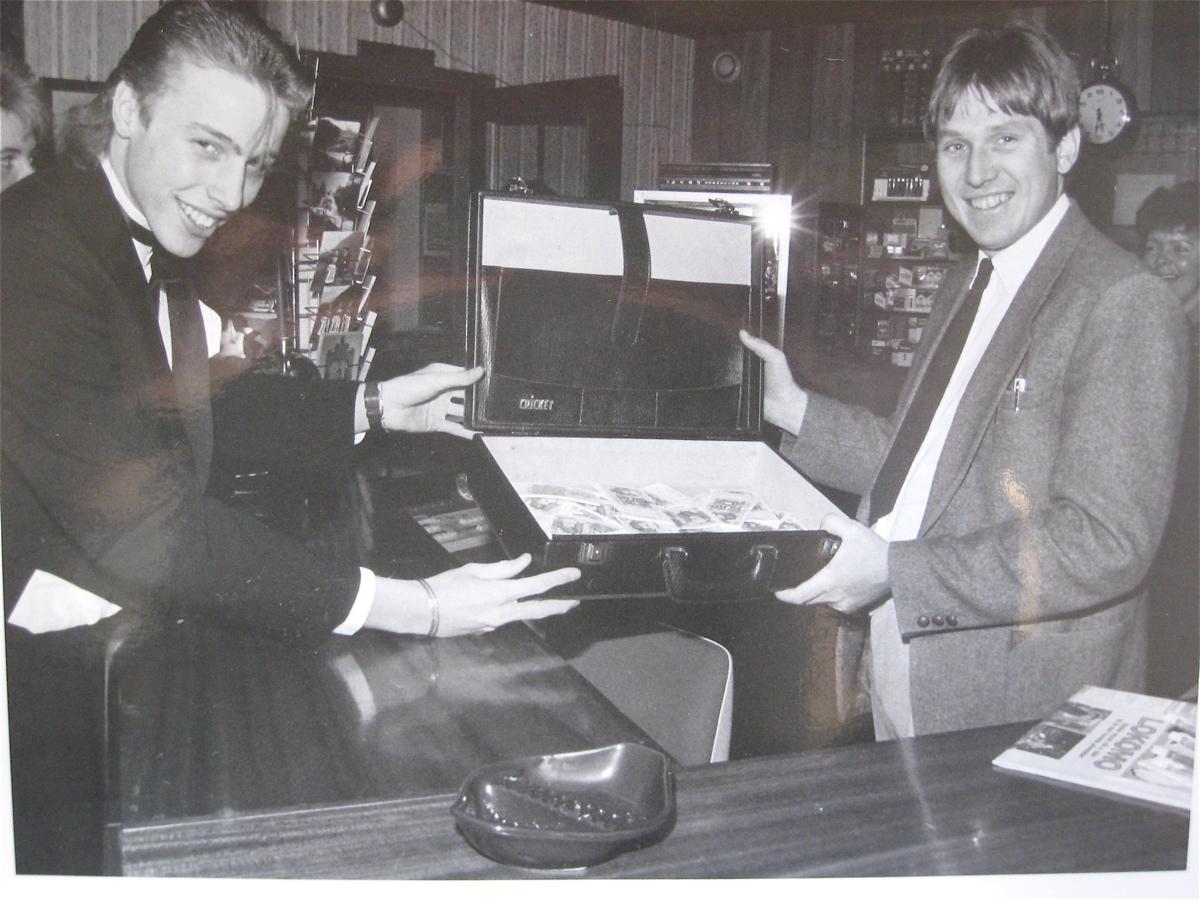 Direktør Arne Havnerås (til høgre) ved Rosendal Fjordhotell og Lars Ivarsøy, avgangselev i 1986. (Foto: Geir K. Hus).