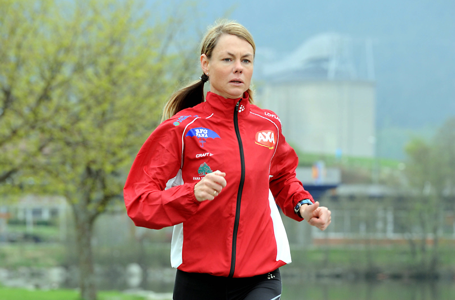 Kirsten M. Melkevik held koken trass i sine 44 år. Her på treningstur heime på Husnes for nokre år sidan. (Foto: Geir Remme)