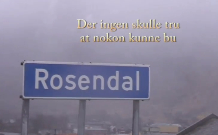 Bilete frå videoen. Rett nok dreiar det seg om humor, men tekstleggjinga over Rosendal-skiltet samsvarar lite med realitetane!