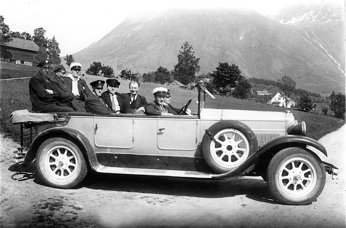 Drosjeeigarar på tur i Rosendal omkring 1930 (frå venstre): Tolleif Handeland, Trygve Haugland, Lars Skorpen, Tor Landa, Johannes Helvik, ? Sverkesen frå Haugesund og Jens Rørvik. Sjåfør er Sverre Hus, som eigde bilen.  (Frå Kvinnherad kommune sitt fotoarkiv).