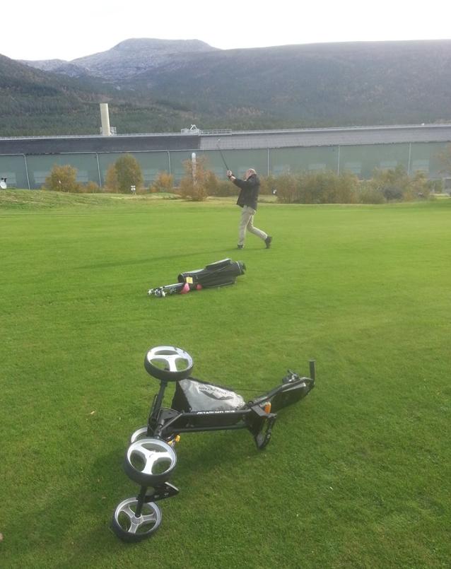Steinar Fjellstad og Hans D. Gertz spelte golf i storm i dag. Baggar og vogn føyk i vinden, men gøy var det, fortel fotografen.