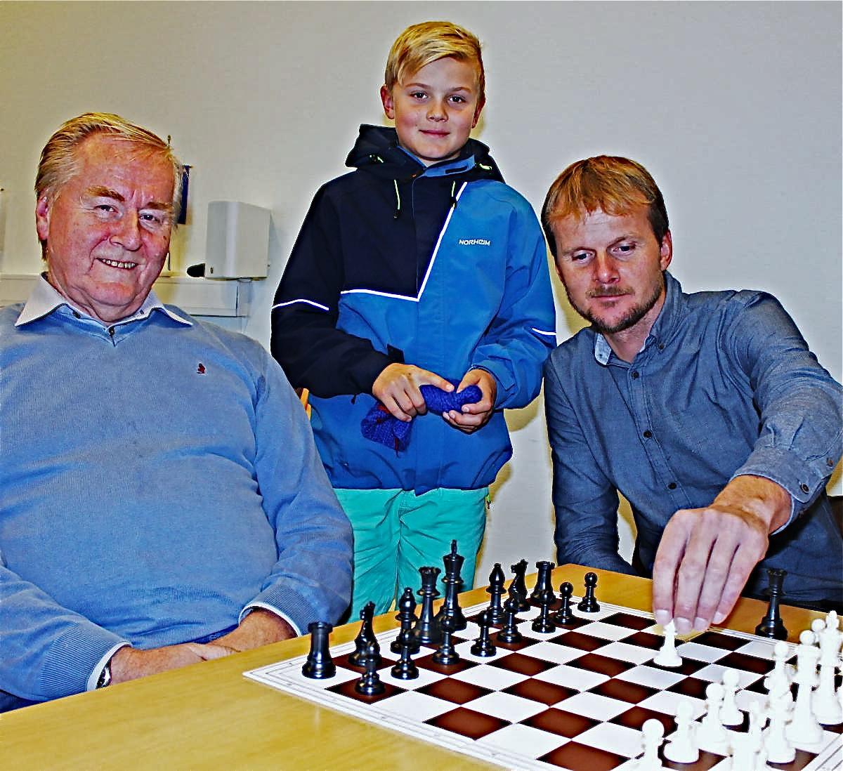 I kjølvatnet av Festidalen er det no skipa ein sjakk-klubb for dette distriktet. Klubben heiter Folgefonn sjakklubb og der deltek blant andre desse tre generasjonane frå same familie: Haldor Tveit (68), Bjørn Olav Tveit (42) og Viljar Tveit(11). (Foto: Ola Matti Mathisen)