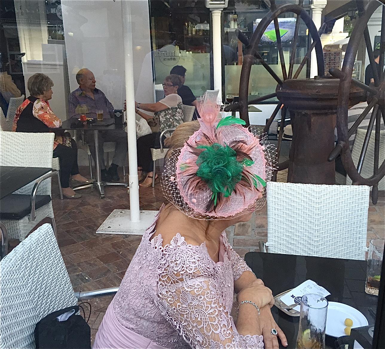 Mann for sin hatt, er eit gammalt uttrykk, som kan tolkast på fleire måtar. Ein av forklaringane er når ein mann gjer seg gjeldande på eit eller anna vis. Vi kan berre slå fast at uttrykket som oftast passar minst like godt på mange damer, noko dette biletet frå Nerja i Spania er eit døme på det.