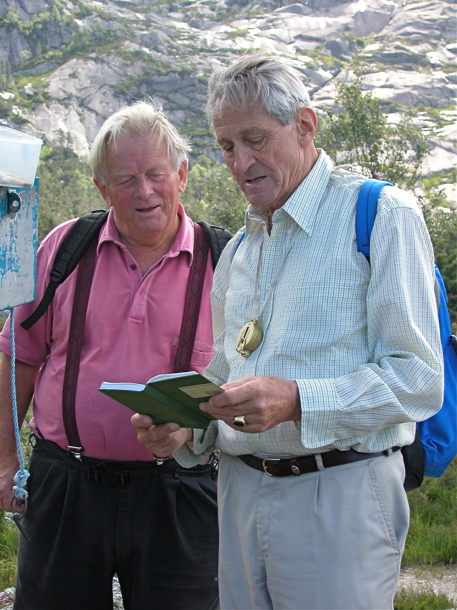 To gode vener, Nils Eknes og Eugene Keppler (den første direktøren på SØRAL) var på tur til Bremstølsvatnet i juni 2002. Då var det mange år sidan dei sjølve hadde skrive seg inn i gjesteboka der oppe...