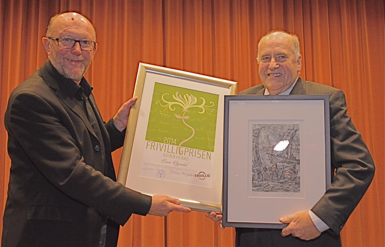 Kultursjef Kristian Bringedal overrekte diplomet for Frivilligprisen til Einar Oppedal.