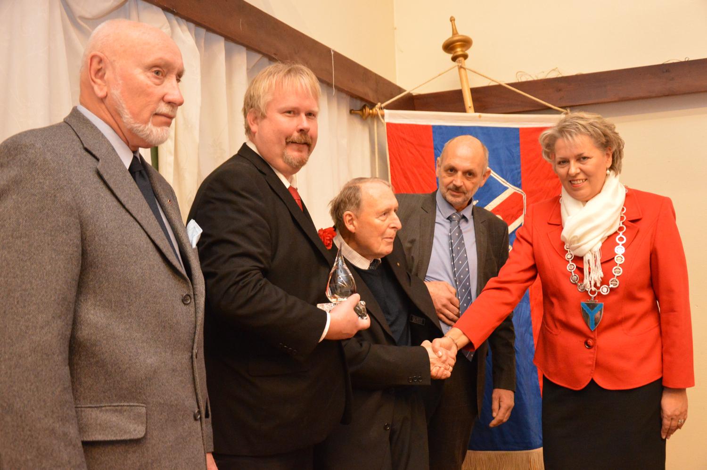 Kulturprisen er ein honnør til mange. Her er nokre av dei under utdelinga i Triohuset (frå venstre): Agnar Melkersen, Arne Torget, Tjerand Lunde og Svein Røyrvik. Ordførar Synnøve Solbakken stod for overrekkinga.