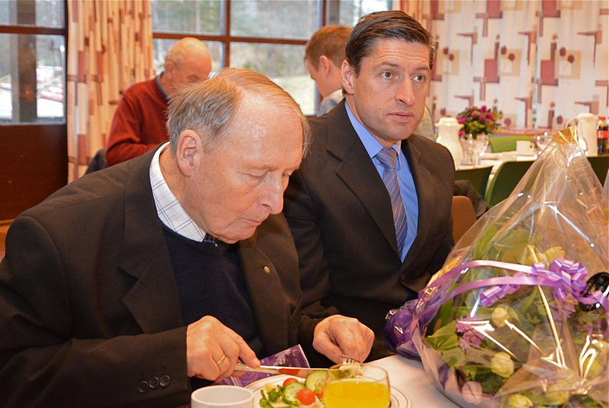 Hovudpersonen under prisutdelinga, Tjerand Lunde, her i lag med sonen Håvard.