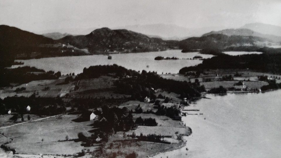Husnes med Opsangervatnet før industrireisinga var i gang på 1960-talet.