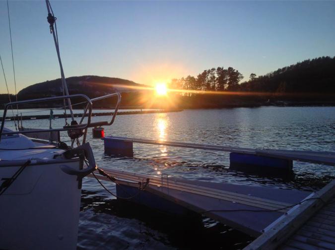 Vakkert skue frå Husnes båthamn med sola som har runda Kaldestadåsen. (Foto: Olaf Johan Kristiansen).