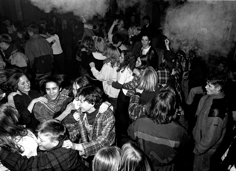 I fotograf Geir Remme sin serie med bilete han tok for 20 år sidan, viser han oss i dag korleis det var på ein diskotekkveld i ungdomshuset Helgheim i Uskedalen i 1995.