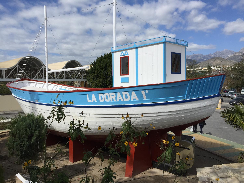 """Denne båteni Nerja og blomane rundt han, får oss til å tenkja på at det snart er tid for båtog sjøliv heime. Det gler vi oss til etter snart to månader i Spania! Men """"La Dora I""""blir nok ståande på land for godt, ser det ut til."""