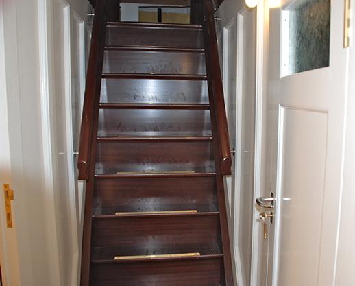 Trapp ned til banjerdekk akter og dører til tenarlugarar.