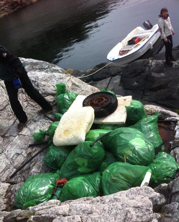 Resultatet av strandryddinga på Hidle: Dekk og isopor og sekkevis av søppel.