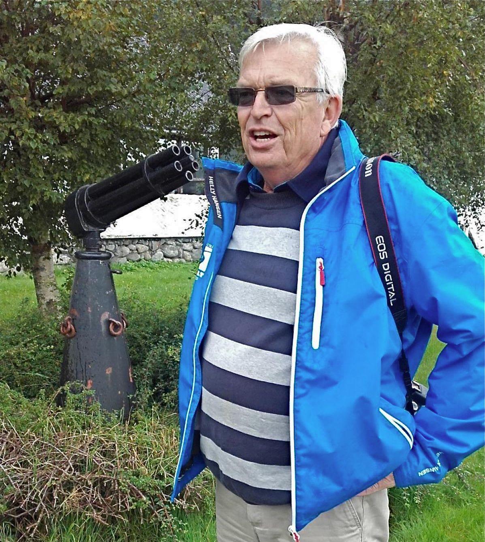 Sven Bugge jr., son til løytnant Bugge, ved revolverkanona på Myklebust kai. (Foto: Kristian Bringedal).