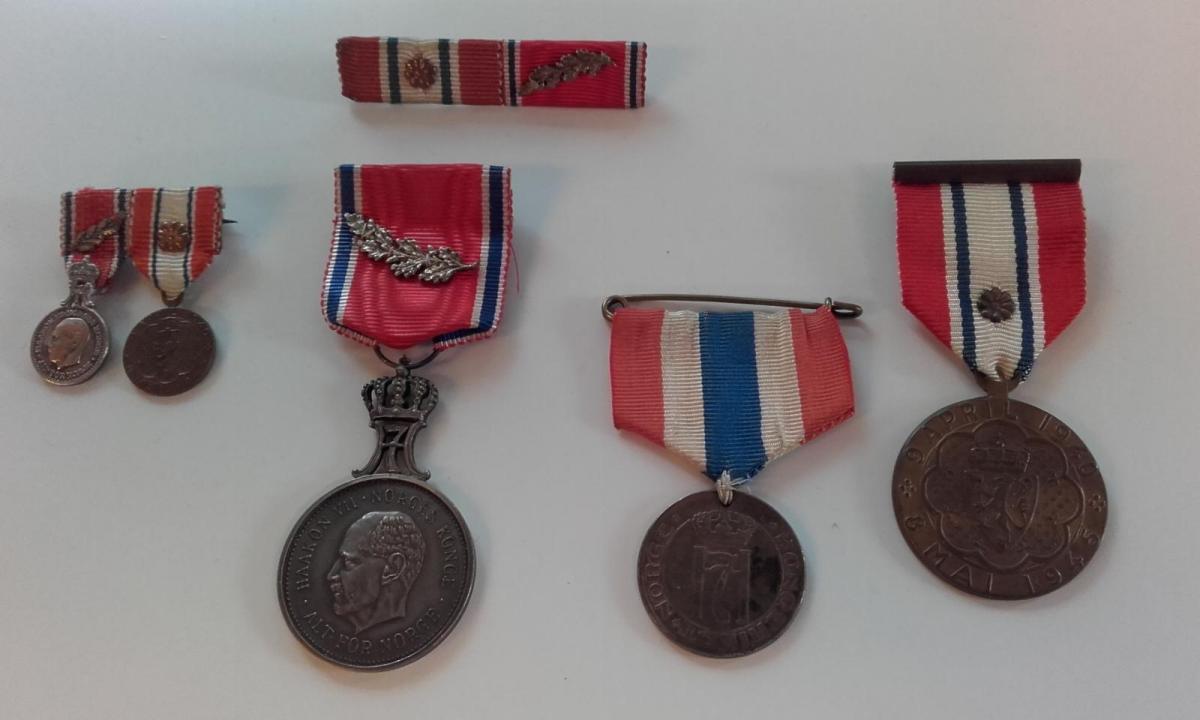 Medaljesamlinga til løytnant Bugge med mellom anna Sankt Olavs orden med Eikeløv. (Foto: Kristian Bringedal)
