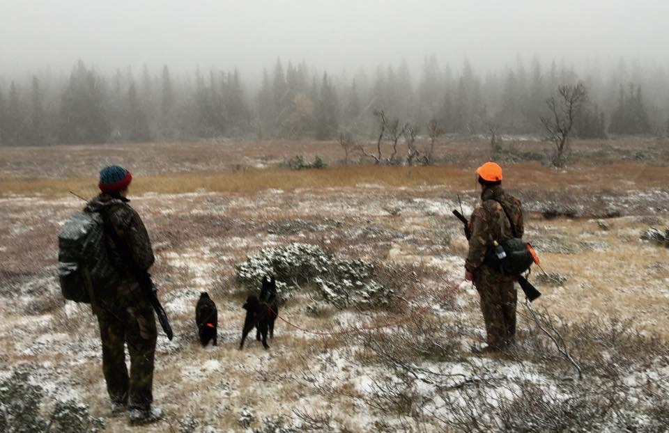 Jegrane har hatt ei fin veke på fjellet i Trysil, men fredag kom det litt snø. Anita Lie og Ruben Medhus på veg ut i terrenget.