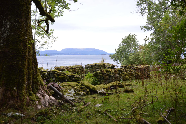 Berre murane etter våningshus og andre bygningar står att på Aske i dag.