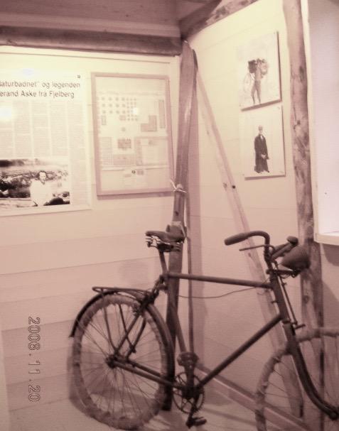 På Fjelberg prestegard er det ei utstilling om Tjerand Aske. Dette er sykkelen han brukte over Folgefonna i 1931.
