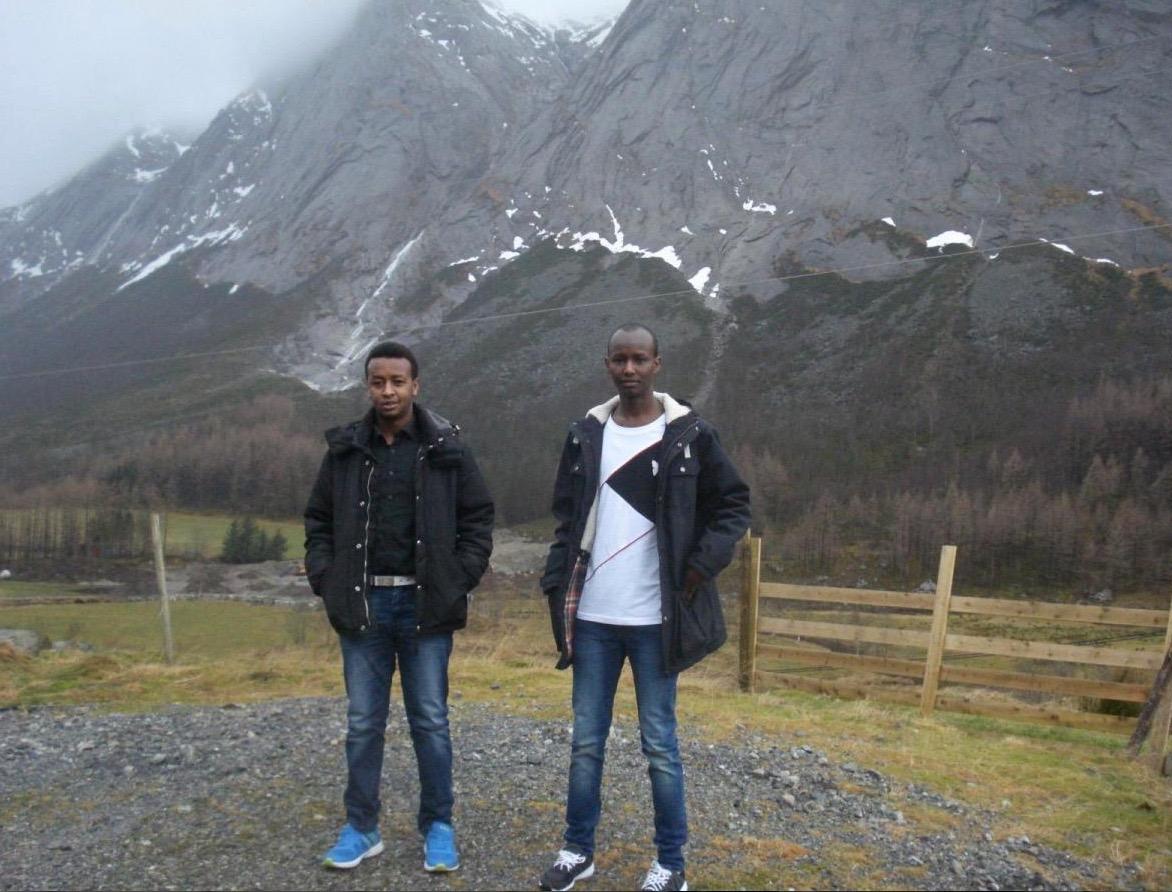 Mowlid og Mohammed er imponerte over dei høge fjella. Her med Ulvanåso i bakgrunnen.