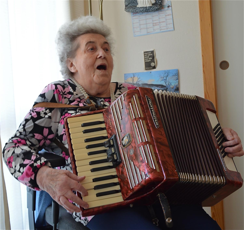 Alder ingen hindring,  heiter det. Karoline Lygre går i sitt 89. år, men både syng og spelar enno. Ho bur i ein av omsorgsbustadene på Halsnøytunet og likar seg godt der. Får godt stell, god mat og godt tilsyn. Ein bra plass for gamle og einslege, seier ho. Til hausten får du gjerne lesa meir om den trivelege dama i ei ny bok som er under planlegging.   Les om prosjektet    her
