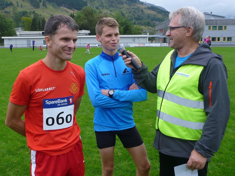 2015:  Terje Aggvin (til venstre) vann eitt sekund føre Erlend Nymark Jensen. Her blir dei to intervjua av speaker Kjell Håvik. Innspurten vart eit magisk friidrettsøyeblikk, der veteranen (f. 1974) vann over den unge (f. 1993). (Foto: Kåre Eik).