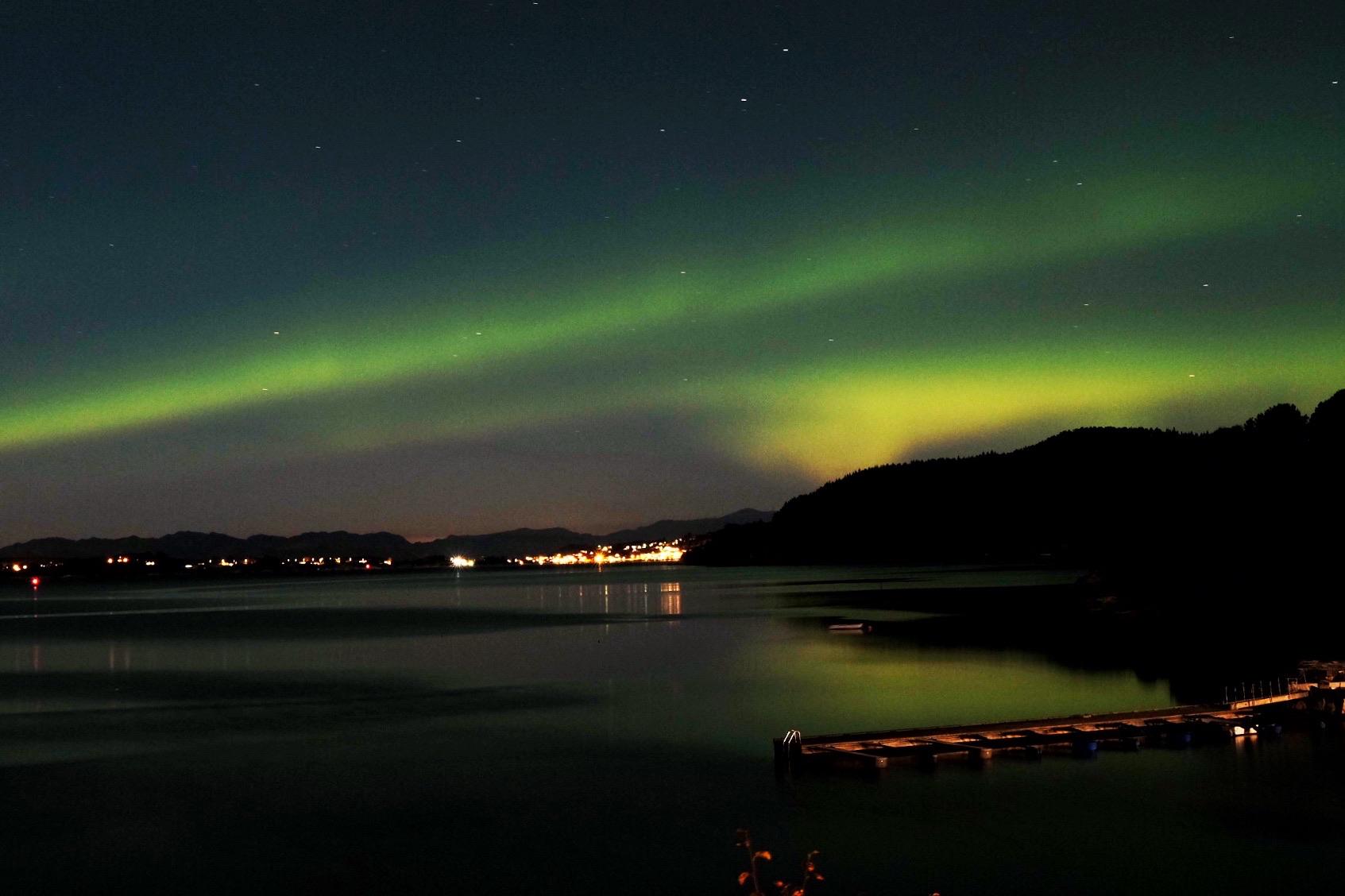 Flott lysspel over Sæbøvik. (Foto: Kristen Børje Hus)