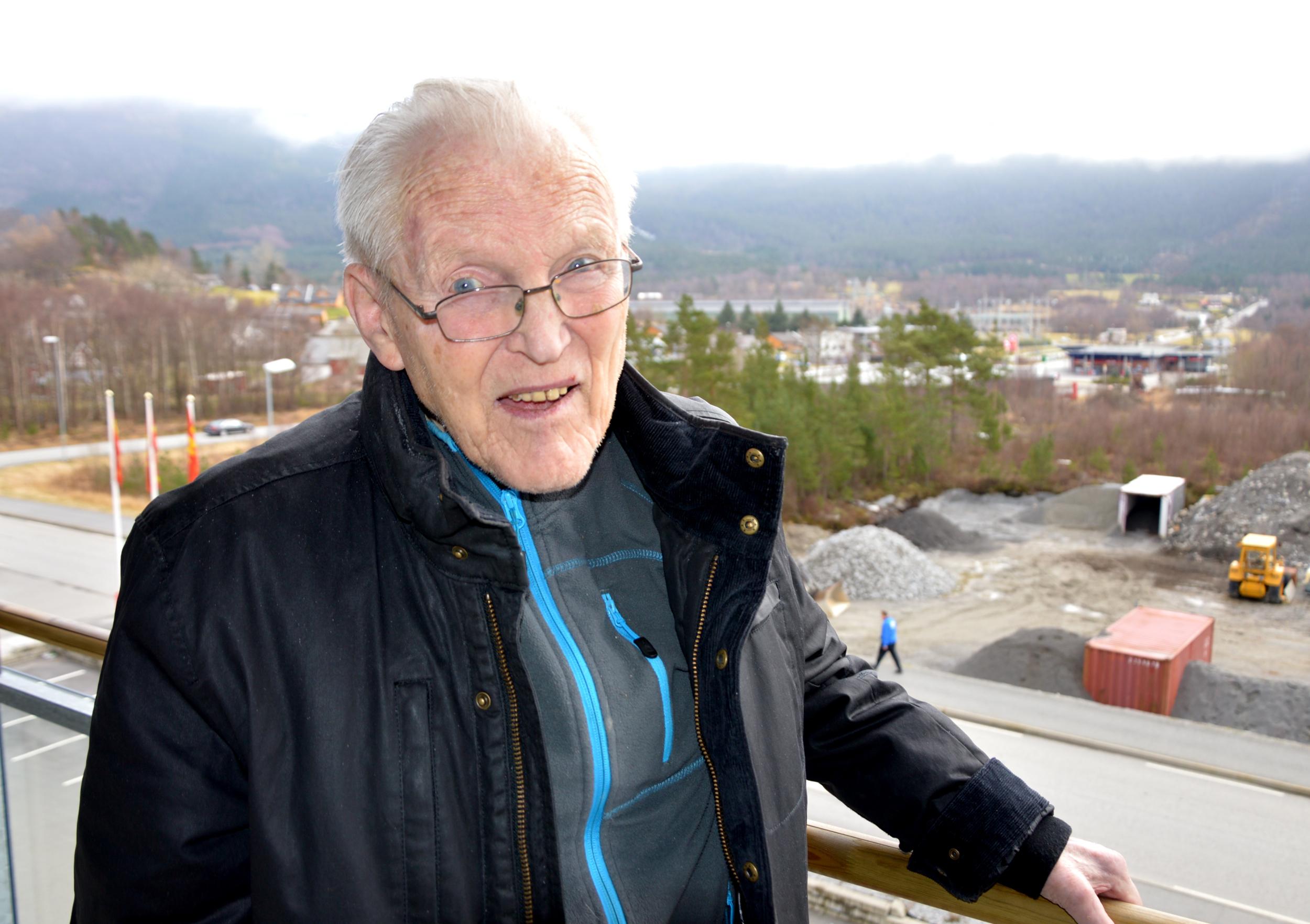 Den gamle innkjøpssjefen har tru på framtida for SØRAL. Frå stoveglaset har han god utsikt til sin gamle arbeidsplass.