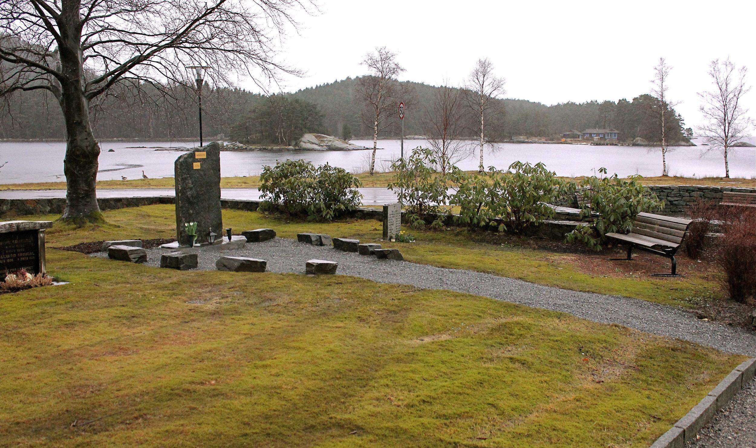 Minnelunden har fått ein fin plass nær kyrkja med flott utsikt mot sjøen.