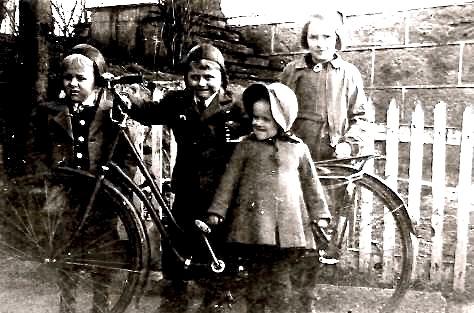 BARNDOMSMINNE: Fire doble syskjenborn, Ragnhild og Aud Karin Bjelland, Knut Ragnar Gausvik og Olaf Agnar Gausvik. Biletet er teke i Omvikdalen i samband med gravferda til bestefar deira, Knut Gausvik.