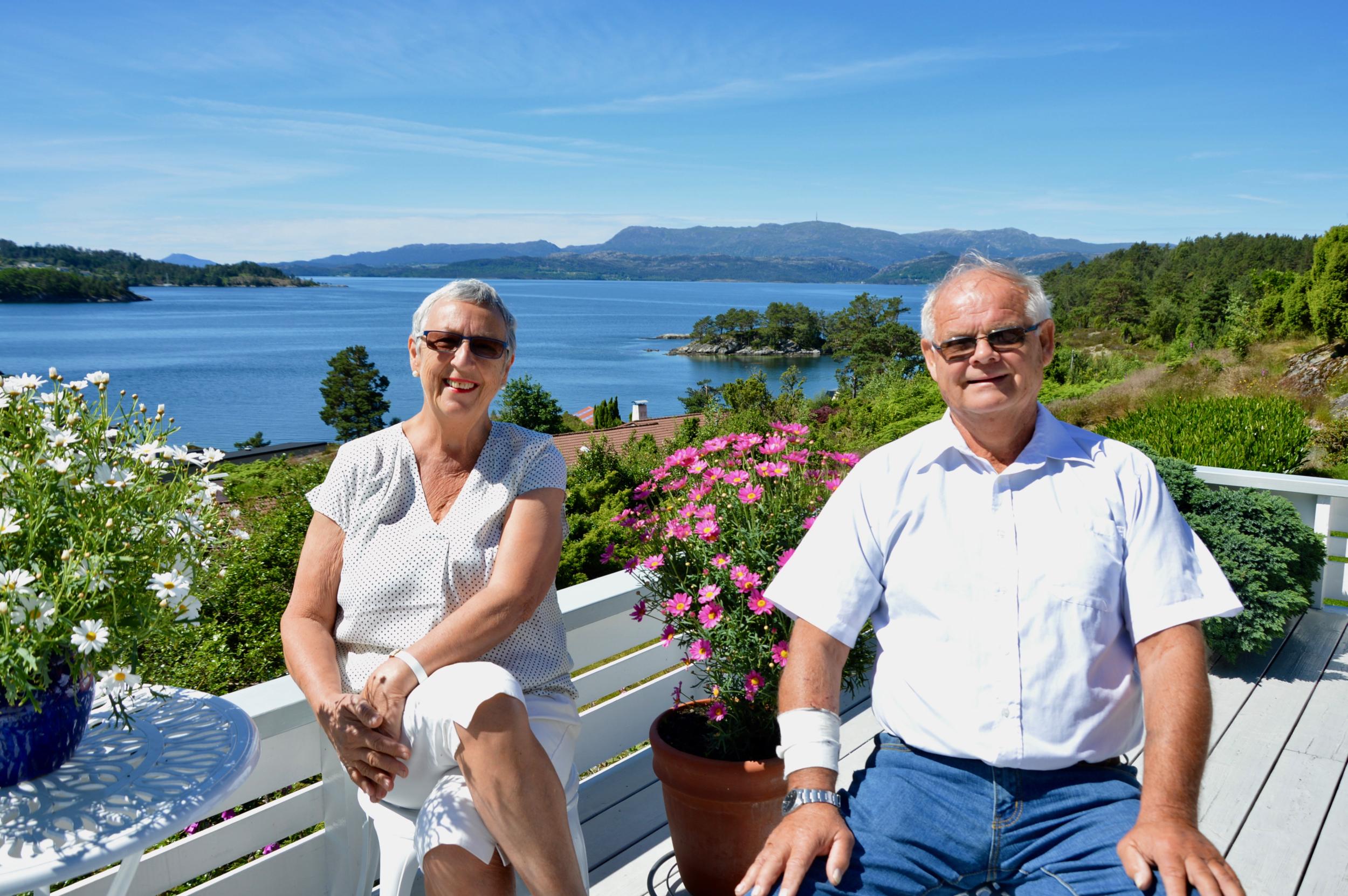 Kari og Håkon vart kjærastar allereie i 15-årsalderen, og gjekk på skule ilag. Begge to har vore alvorleg sjuke, men no ser dei fram til gode og mindre strevsame år framover.