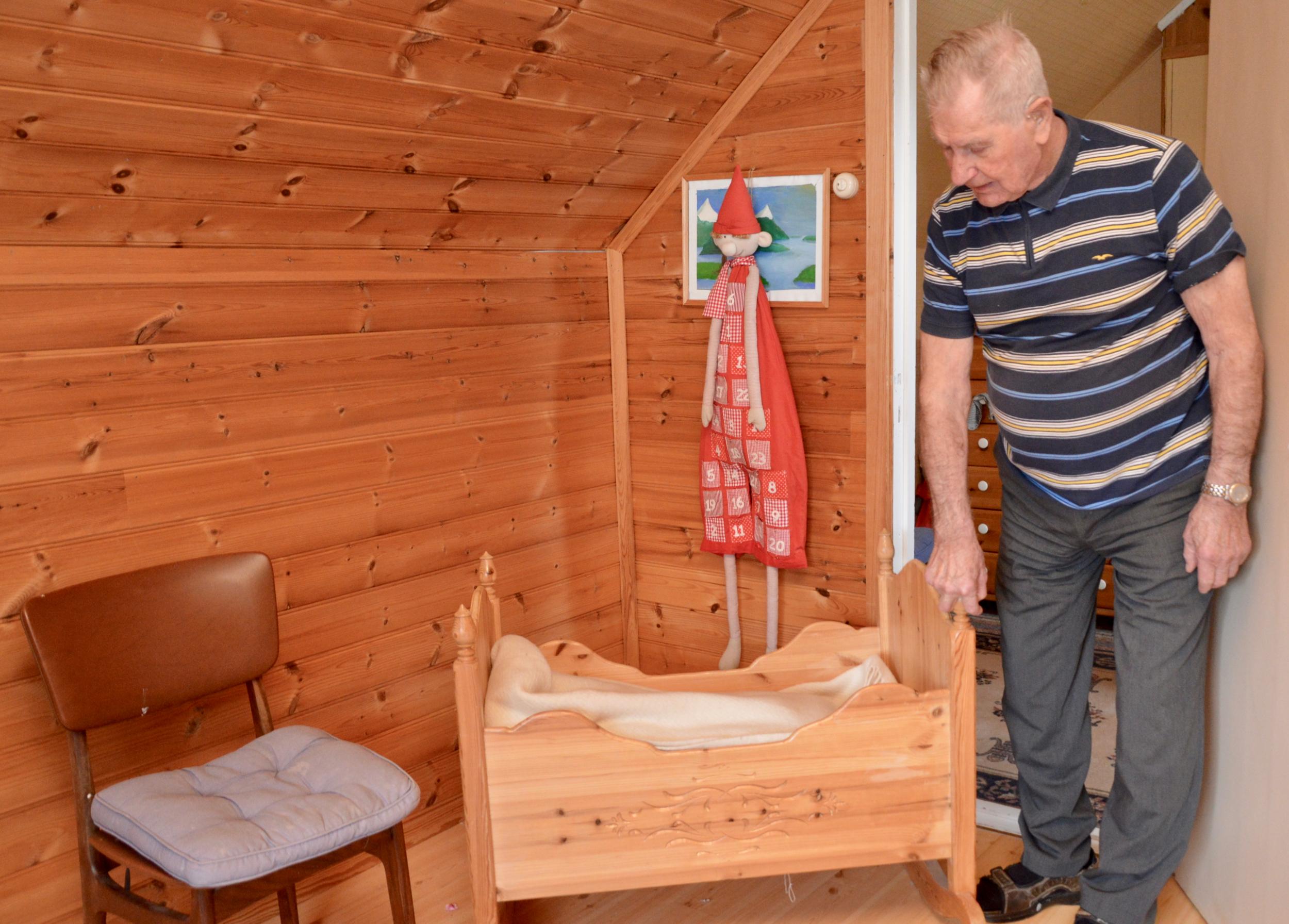 Bjarne lærte seg snikkaryrket på den gamle yrkesskulen på Sunde, og har seinare laga mange slike vogger.